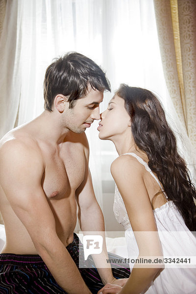 paar küssen im Bett