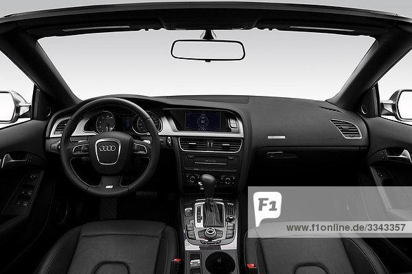 2010 Audi S5 Cabriolet in blau - Dashboard  Mittelkonsole  Getriebe-Shifter-Ansicht