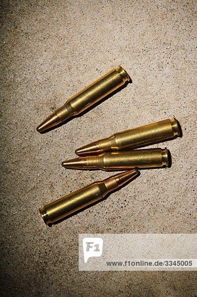 Munition auf dem Boden liegen.