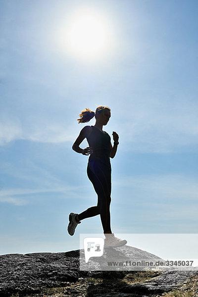 Junge Frau gegen einen blauen Himmel,  Schweden.