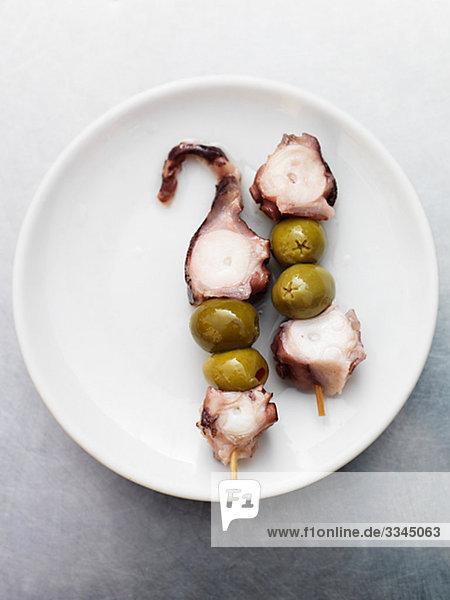 Platte mit Tintenfisch und Oliven  Spanien.
