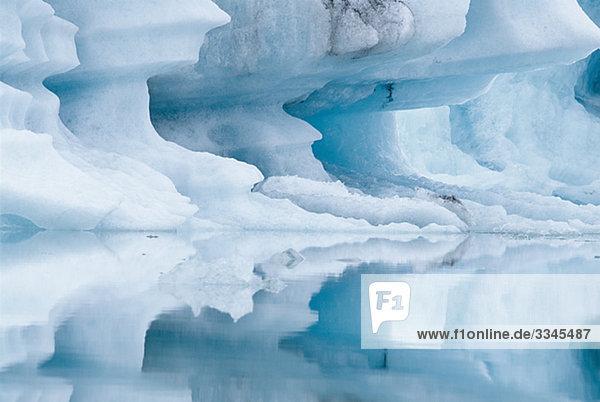 Ein Eisberg in ein Gletschersee  Island. Ein Eisberg in ein Gletschersee, Island.