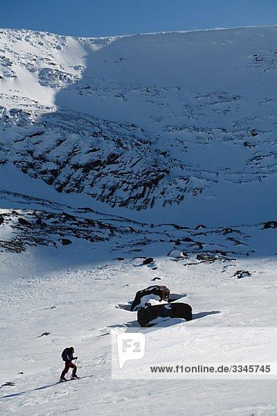 Ein Skifahrer geht bergauf  Abisko  Lappland  Schweden.
