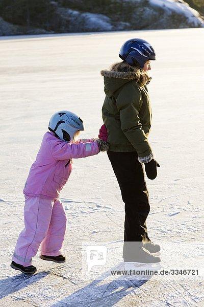 Zwei Mädchen Skaten gegen das Licht  Schweden.