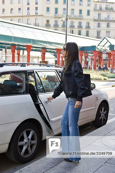 Italien  Lombrady  Mailand  Cadorna  Frau mit immer in taxi