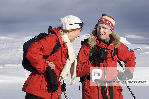 Zwei Skifahrer sprechen  Schweden.
