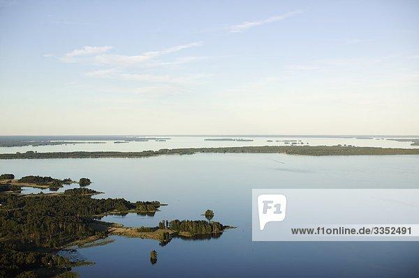 Luftbild von einem Inseln in einem See  Schweden.