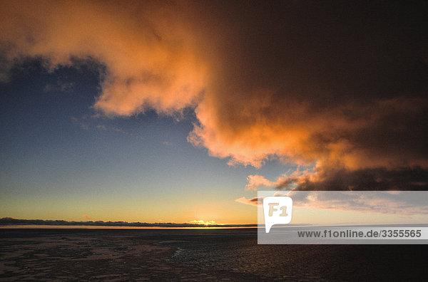 Sonnenuntergang am Meer  der Antarktis.