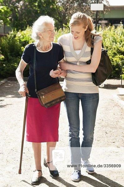 Zwei Frauen  die nach draußen gehen Zwei Frauen, die nach draußen gehen