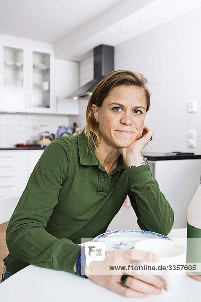 Frau trinkt Kaffee zu Hause, Frau trinkt Kaffee zu Hause