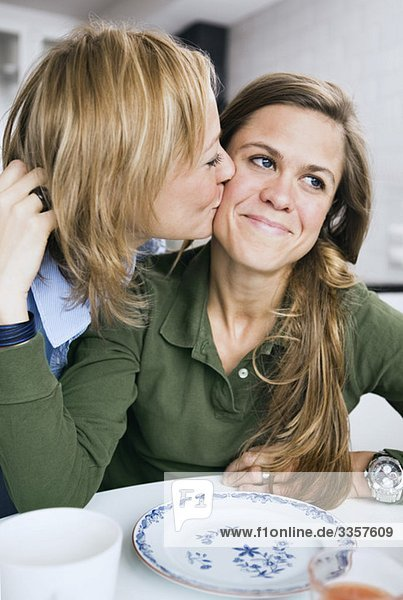 Freundin bekommt einen Kuss Freundin bekommt einen Kuss
