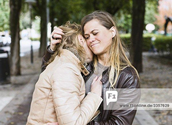 Lesbisches Paar auf einem Spaziergang Lesbisches Paar auf einem Spaziergang