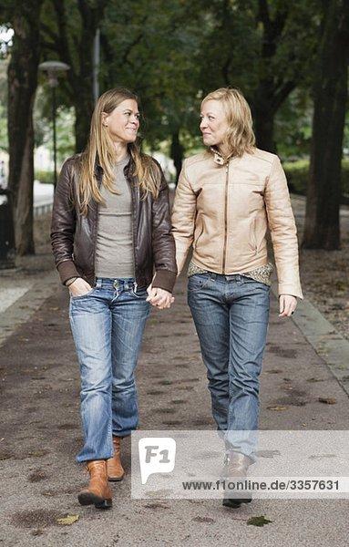 Weibliche Liebhaber auf einem Spaziergang Weibliche Liebhaber auf einem Spaziergang