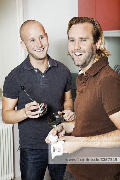 Zwei Männer stehen in der Küche.