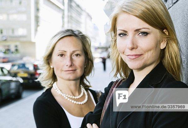Zwei lächelnde Geschäftsfrauen
