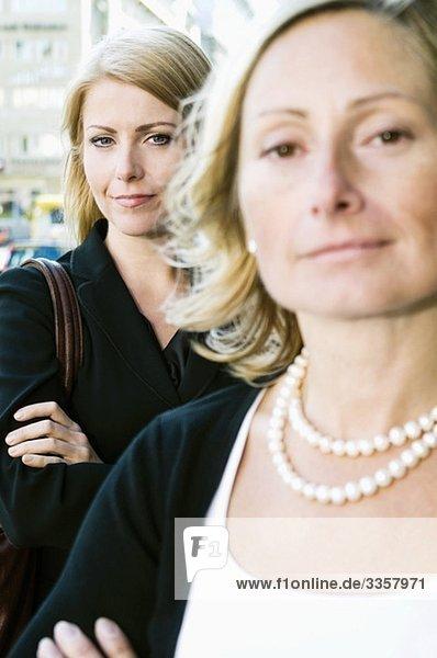 Zwei Geschäftsfrauen  die draußen stehen.
