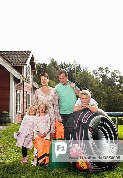 Große Familie stehend im Freien