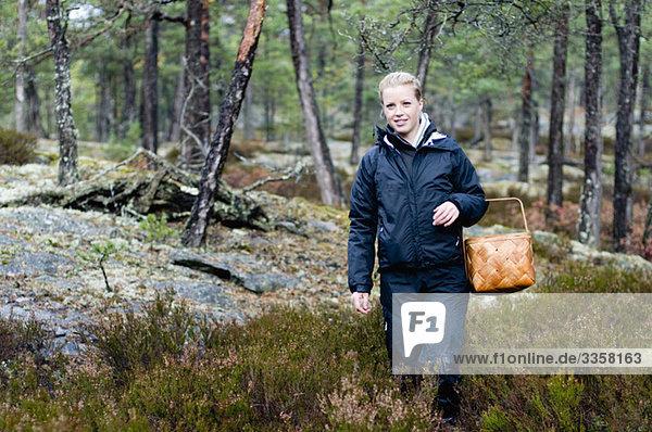 Frau mit Korb im Wald