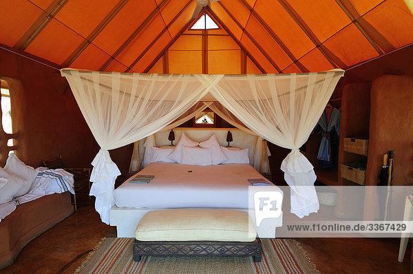 Moskitonetz  tented  Zimmer  Garonga Safari Camp  größere Makalali Conservancy  Limpopo  Südafrika  Resort  Hotel  schlafen  Tropen  Tropical  Tourismus  Tourismus  Urlaub  Urlaub  Reisen  Bett  Schlafzimmer