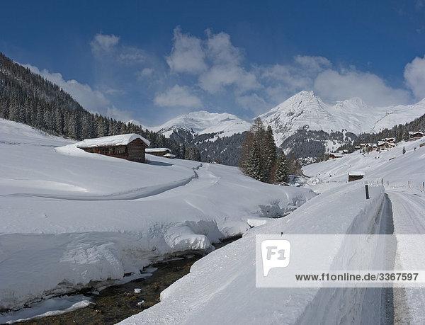 Berg Winter Landschaft Gebäude Schnee Tal Fernverkehrsstraße Bach Alpen Kanton Graubünden Schweiz Weg Kanton Graubünden