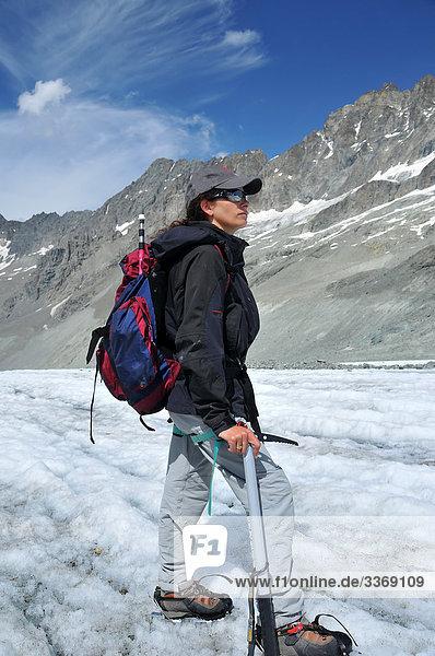 Frau  Frau  Aufstieg  Förderung  Bergsteiger  Gletscher  Eis  Ice Pickel  Schnee  Trail  Klettern  Berge  gebirgig  Alpträume  Alpen  alpine  Moräne  Alpinist  Abenteuer Backpack  Steigeisen  Bergschuhe