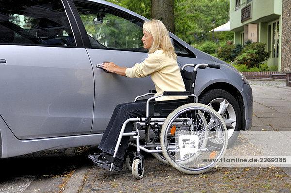 unglaublich  verletzt  wuerde  Problem  gelähmt  krank  behindert  Rollstuhl  Frau  Frau  alte  Rentner  Rentner  Auto  Auto  unglaublich  Hindernis  Tür  hilflos  einzige  Straße  Medizin  geeignet für Behinderte  unterschiedlichste