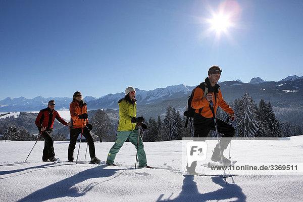 Schneeschuh Frau Winter Mann 4 Mensch Menschen gehen Menschengruppe Menschengruppen Gruppe Gruppen schattig rennen Urlaub Kanton Bern Schnee Schneeschuhlaufen Sonne Schweiz Tourismus Wintersport