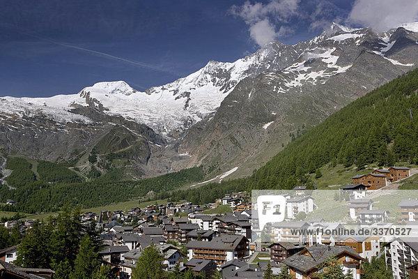 Landschaftlich schön landschaftlich reizvoll Wohnhaus Gebäude Draufsicht Platz Saas Fee schweizerisch Schweiz Kanton Wallis