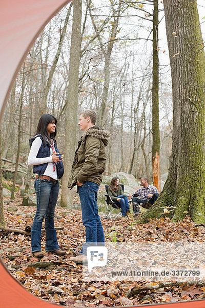Blick aus dem Zelt der Freunde im Wald