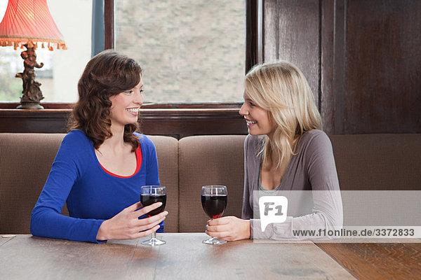 Junge Frauen in der Bar
