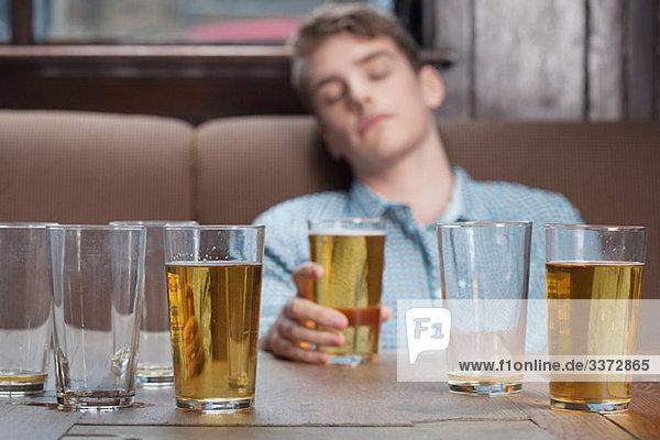 Junger Mann schläft in der Bar