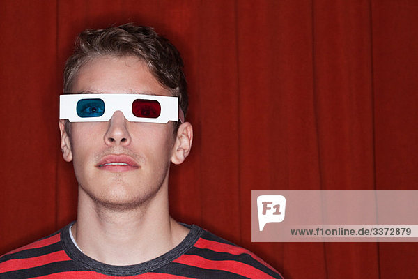 Junger Mann mit 3D-Brille