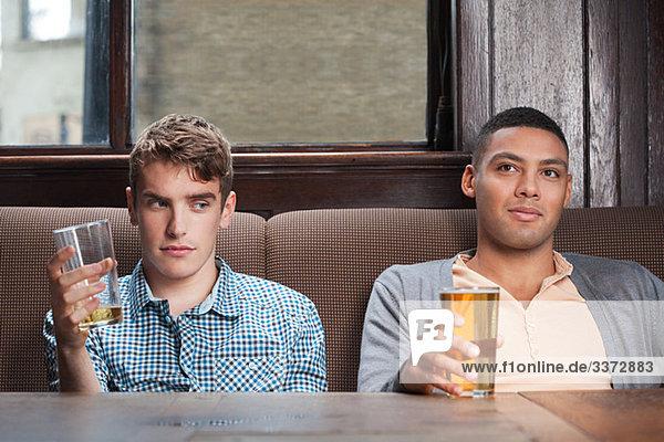 Zwei junge Männer in der Bar
