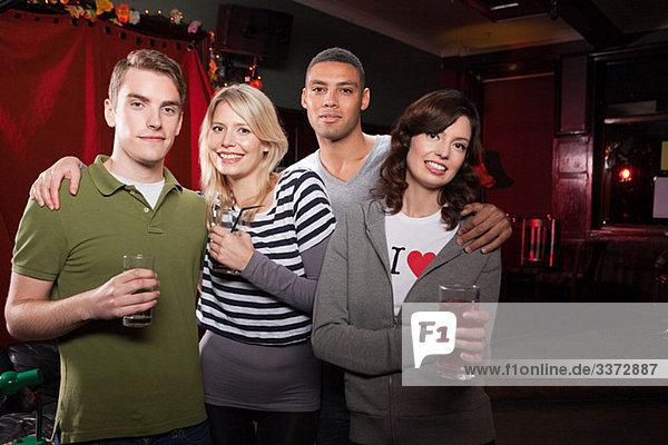 Freunde in einer Bar