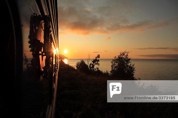 Transsibirischer Express bei Sonnenaufgang