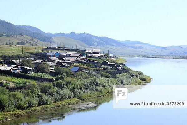 Dorf am Fluss in Sibirien