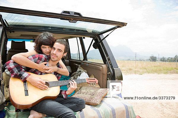 Junges Paar mit Gitarre