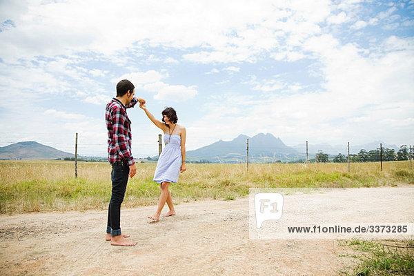 Junges Paar tanzt in abgelegener Umgebung