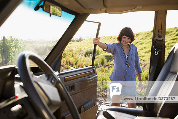 Junge Frau mit dem Fahrzeug