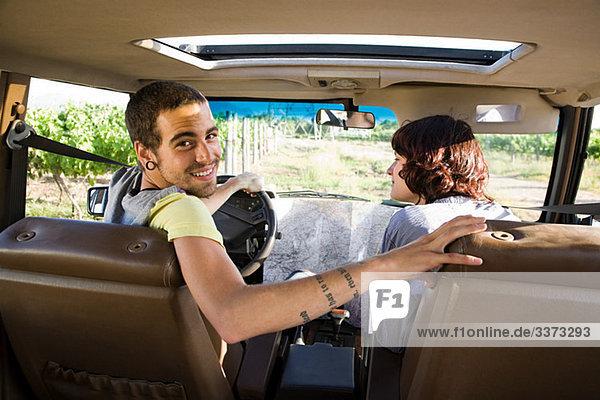 Junges Paar im Fahrzeug