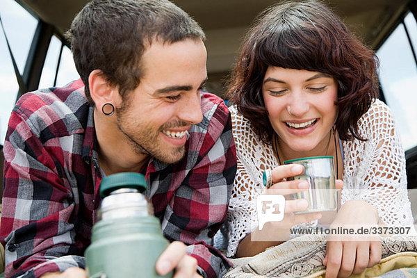 Paar mit Getränk aus der Flasche