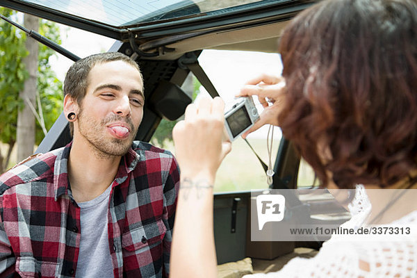 Frau Mann Fotografie nehmen Zunge herausstrecken