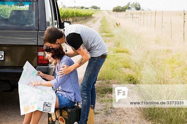 Junges Paar schaut auf die Karte