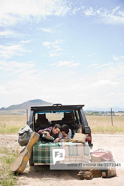 Paar im Heck des Geländewagens