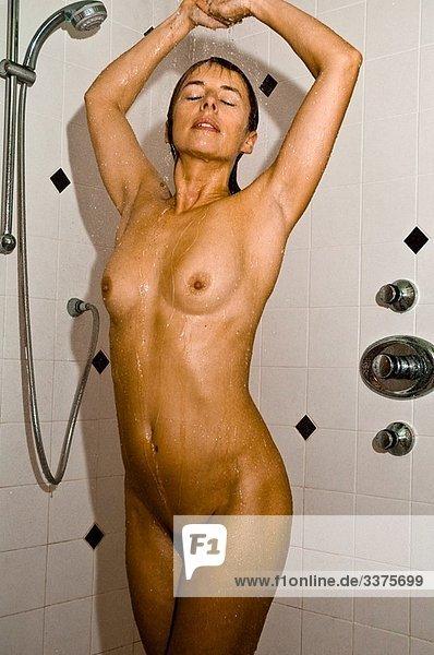 dusche frau nackt