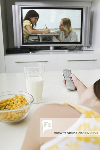 Fernsehen beim Frühstücken