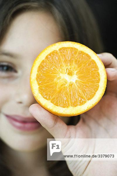 Mädchen mit Orangenscheibe