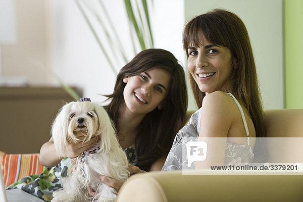 Mutter und jugendliche Tochter mit Haushund  Portrait