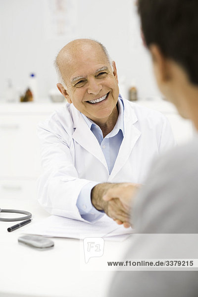 Arzt schüttelt Patientenhand