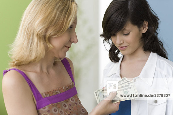 Mutter gibt Teenager-Tochter Taschengeld